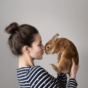 خرگوش در بغل صاحبش