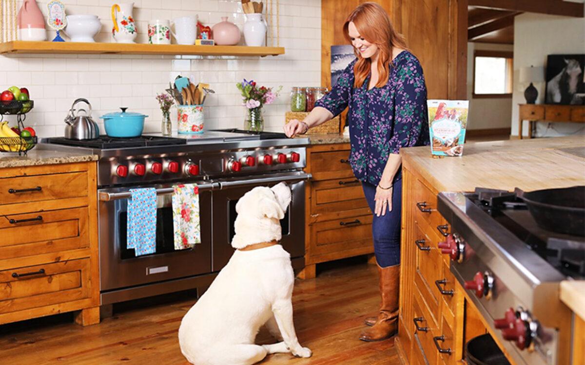 سگ و صاحبش در آشپزخانه